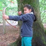 Kleine Indianer: Bogenschießen beim Indianer-Kindergeburtstag im Schwerter Wald