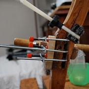Zwingenkonstruktion an einem Stuhlbein