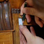 Anfertigen einer Schablone für eine Furnierergänzung