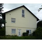 Eingangstür FeWo, Fenster links = Küche, Fenster rechts = Wohnzimmer