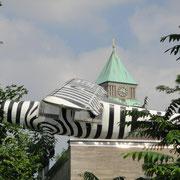 Nachbau des Flugzeugs Grzimeks. Dem Oscar-Preisträger Bernhard Grzimik (Serengeti darf nicht sterben) hat Frankfurt den Erhalt des Zoos nach dem 2. Weltkrieg zu verdanken.