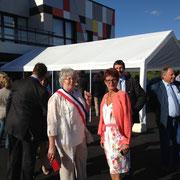 Mmes la maire et la conseillère générale devant la maison d el'enfance et des associations