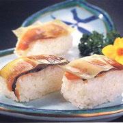 お寿司:へしこの糠を洗い流し、酢水(酢1:水3)の割合で塩抜きを1時間以上する。のへしこ寿司