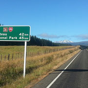 Lockere Fahrt durch den Tongariro National Park. Im Hintergrund der Ruapehu - mit 2.797 m der höchste Berg der Nordinsel. Ein Vulkan, der jedes 3. oder 4. Jahr aktiv wird.