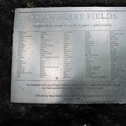 John Lennon Gedenktafel. Unweit davon wurde er 1980 von einem geistig verwirrten Menschen erschossen.