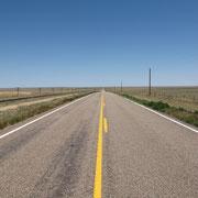 """""""Bin seit heute morgen in Kansas. Die nächsten 900 Kilometer werden wohl so aussehen wie auf diesem Foto. Hinter'm Horizont fängt die Gerade wieder von vorne an."""""""