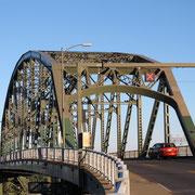Über die Peace Bridge bei Buffalo nach Kanada.