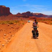 Im Monument Valley. Hier kann man sich von Navajo-Indianern mit Jeeps durch die imposante Filmkulisse kutschieren lassen. Ich bin geradelt. War aber der Einzige! Dafür haben sie mir dann auf der Aussichtsterrasse applaudiert.