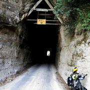 Hobbits Hole oder Moki Tunnel auf dem Forgotten Highway