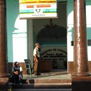 Zigarren werden von Hand gerollt. Eine Arbeiterin verdient in Pinar del Rio etwa 30 EUR im Monat.