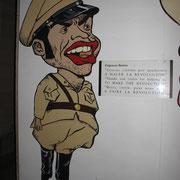 Spöttische Karikatur im Museo de la Revolution über Fulgencio Batista. Er hat Kuba zum Vergnügungszentrum der USA gemacht und reichlich dafür kassiert. Fidel Castro hat ihn aus dem Land gejagt und damit die Revolution von 1959 eingeleitet.