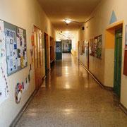 Der Gang bietet eine Galerie von Schülerarbeiten
