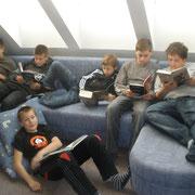 Unsere Bibliothek bietet sehr bequeme Sitzmöglichkeiten, Computerplätze ...