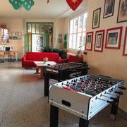 Pausenraum mit bequemen Sofas und Tischfußballspiel