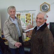 Volker Mehlig ehrt Alfred Gründer für 25 jährige Mitgliedschaft im Imkerverein