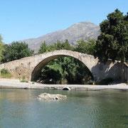 eine alte Römerbrücke auf dem Weg nach Preveli