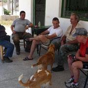 ein kühles Bier am Dorfplatz in Koutokerakos