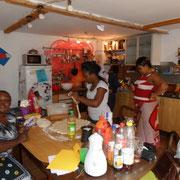 Kochen für das afrikanische Buffet bei der Gartenparty