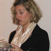 """Verena Krausneker las zur Einstimmung ihren Beitrag aus dem Buch """"Meine Wurzeln sind Anderswo"""""""