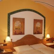 Romantik Zimmer mit Dusche und WC, Haarfön, Sat-TV, Telefon, Minibar, tw. Zimmersafe und Klimaanlage.