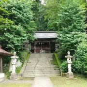 まずは石段を上って青渭神社にお参りして山の安全を祈願しましょう。