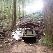 分岐のすぐ上に小さな社があって、そこが真名井の霊泉です。