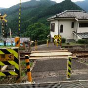 駐車場を出てすぐにある青梅線の「鶴石踏切」を渡り「青渭神社]のサインをフォローします。