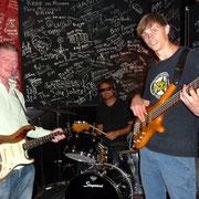 Brian Tambling mit Drummer Rob Spijker und Bassist Steven Scheffer