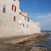 Stadtmauer entlang am Meer