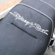 Individuelle Stickerei auf Motorradsitzbank.