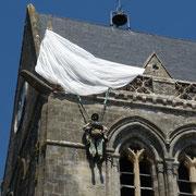am Kirchturm blieb seinerzeit ein Fallschirmjäger bei der Landung hängen