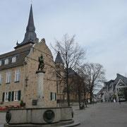 Marktbrunnen mit Bürgerhaus und Marktplatz | Markttage jede Woche Di - Do - Sa