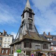 Holzkirche innerhalb der Stadt - daneben ein Geschäft ...