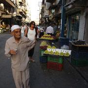 alter Man beim Einkauf