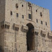 der mächtige Eingang der Zitadelle