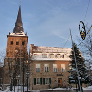 katholische Kirche St. Peter & Paul | Bürgerhaus im Vordergrund