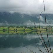 der Fjord spiegelt den Himmel wieder