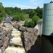 eine Treppe neben dem Kraftwerk für die Lachse