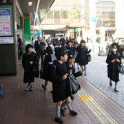 Schulkinder in Schulkleidung