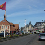 der neu restaurierte Fischmarkt (Gebäude unter der Flagge)