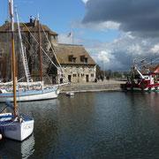 Blick auf das Altstadthaus mit Stadttor und dem roten Schiff ...