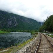 die Gleise der Raumabahn zwischen Fluß und Straße