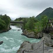 für Mutige | am Seil über dem Wasser unter der Brücke durch