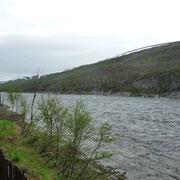 Rastplatz an einem großen Fluss, der von Gletschern gespeist wird