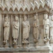 Apostel über dem Eingang