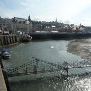 die Brücke wird bei Flut hochgezogen ...