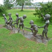 Skulptur spielender Kinder im Park