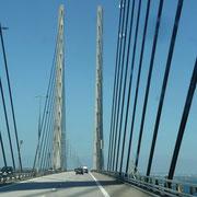 ... mit gigantisch hohen Türmen (16 km misst die Brücke)