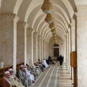 Besucher beim Gebet