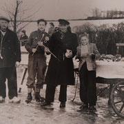 Een handkar op het ijs bij Gouda in de Winter van 1950, schaatspijpjes en stroopwafels verkopend
